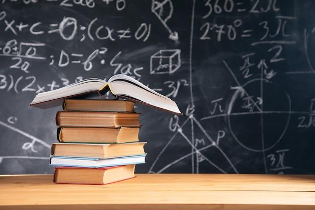Concepto de educación - libros sobre el escritorio en el auditorio