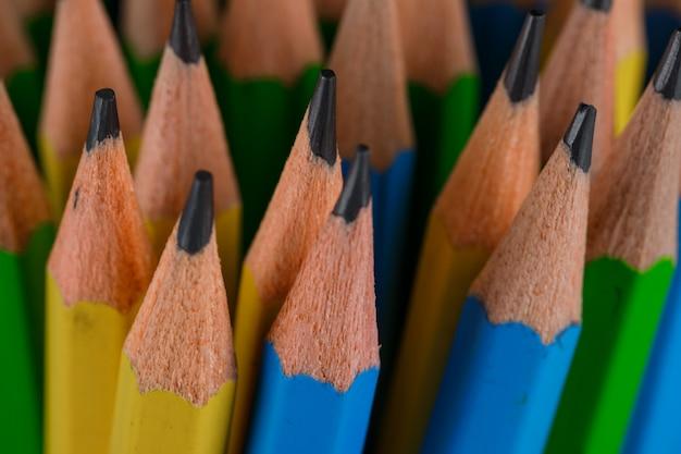 Concepto de educación con primer plano de lápices de dibujo.