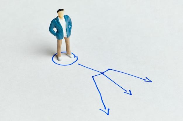 El concepto de elegir una profesión y con flechas en diferentes direcciones.