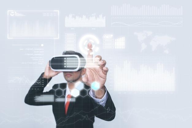 Concepto de un empresario en el trabajo de realidad virtual.
