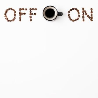 Concepto de encendido y apagado con espacio de copia de taza de café