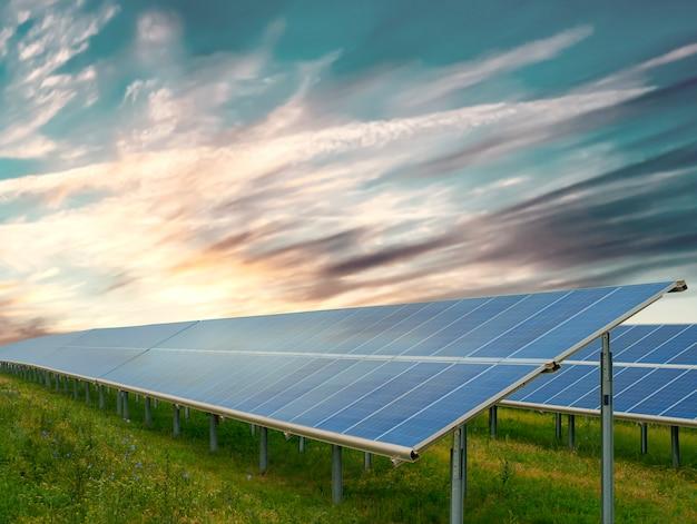 Concepto de energía verde: paneles solares en un día soleado
