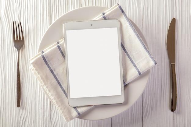 Concepto de entrega de alimentos con una tableta digital