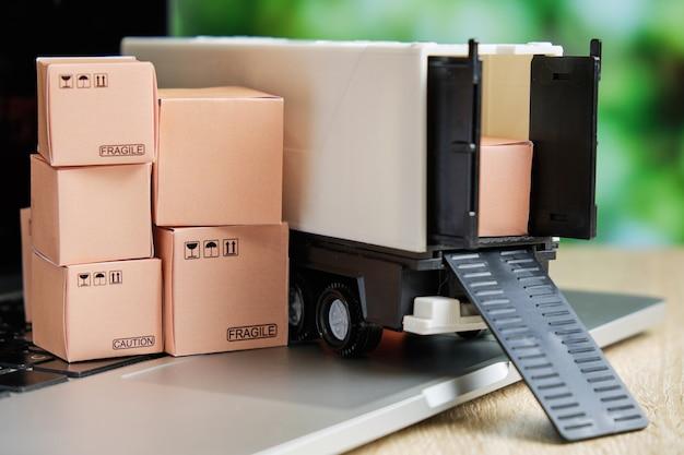 El concepto de entrega de mercancías desde un almacén por mensajería a través de un pedido en internet.