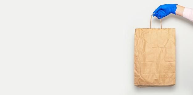 Concepto de entrega segura. paquete de artesanía o paquete en manos de mensajería