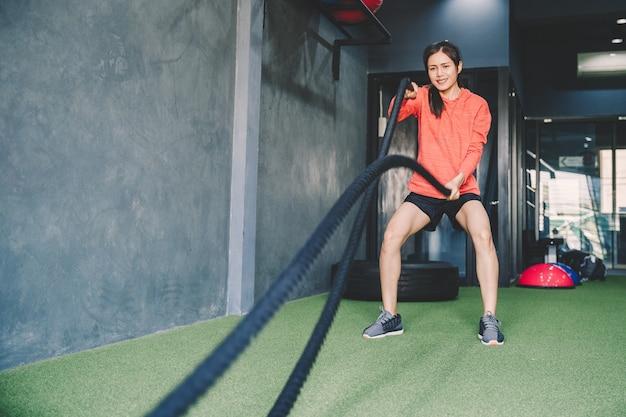Concepto de entrenamiento; jóvenes practicando ejercicio en clase