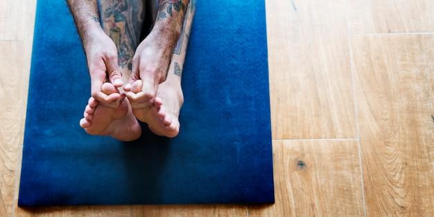 Concepto de entrenamiento de pose de yoga de hombre