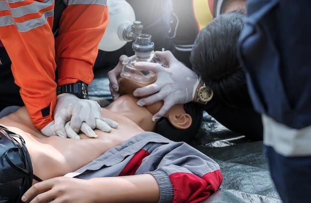 Concepto de entrenamiento de primeros auxilios de rcp