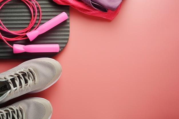 Concepto de entrenamiento zapatos deportivos saltar la cuerda yoga perder peso