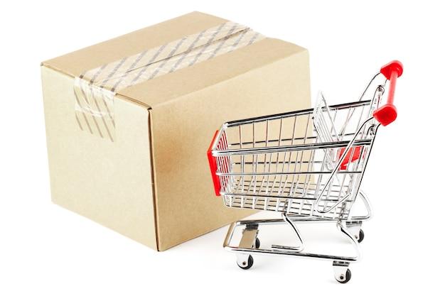 Concepto de envío. carro de compras en la caja.