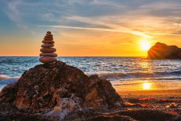 Concepto de equilibrio y armonía pila de piedras en la playa