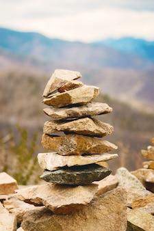 Concepto de equilibrio y armonía. rocas en la costa en la naturaleza.