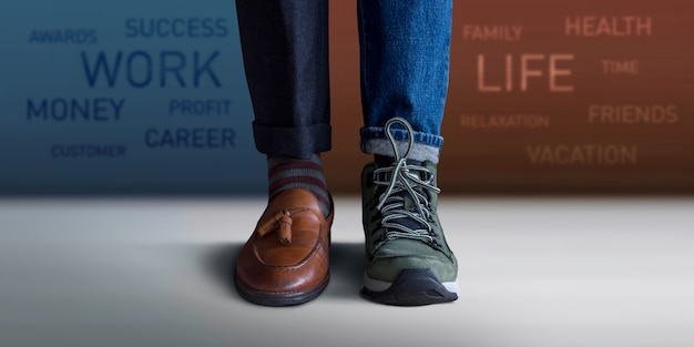 Concepto de equilibrio de vida laboral. sección baja de un hombre de pie con medias zapatillas y piernas