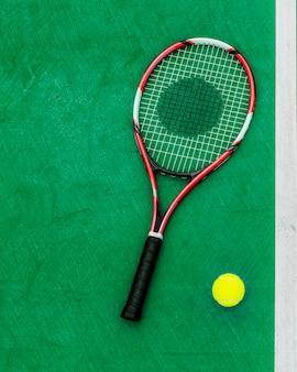 Concepto del equipo de deporte de la pelota de tenis de la raqueta
