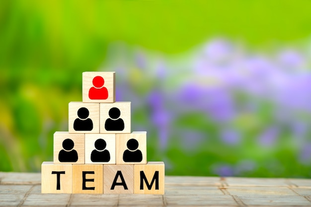 Concepto de equipo empresarial de gestión y contratación de recursos humanos. cubos de madera en forma de pirámide