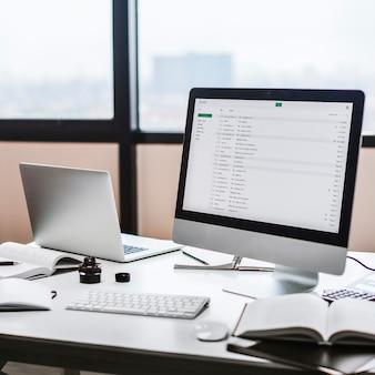 Concepto de equipo inmóvil del estilo del espacio de trabajo del lugar de trabajo