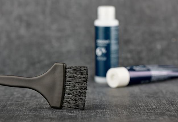 El concepto es la coloración del cabello. cepillo para teñir el cabello, herramienta de peluquería