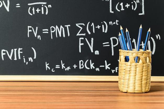 El concepto de escribir lápices está en la canasta.
