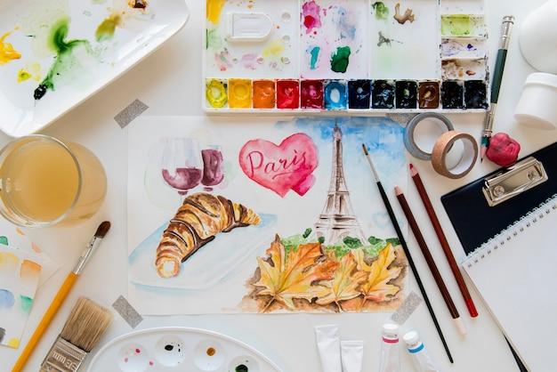 Concepto de escritorio de arte con pintura y pinceles.