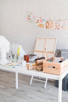 Concepto de escritorio de arte con suministros de pintura.