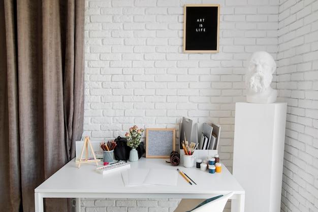 Concepto de escritorio de artista en interiores