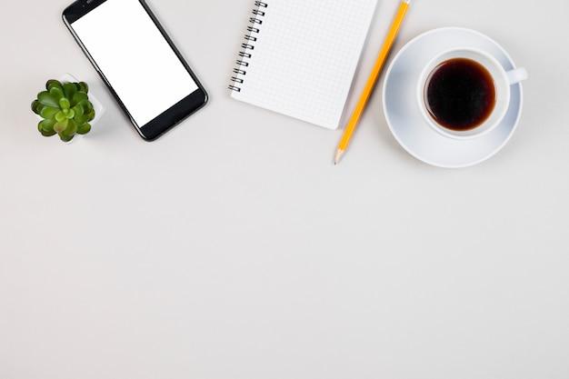 Concepto de escritorio flat lay con copyspace