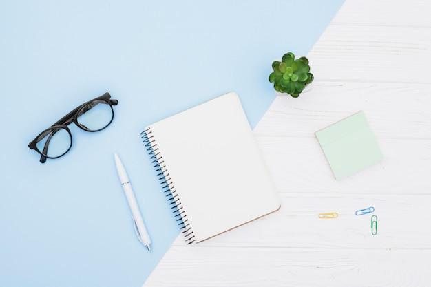 Concepto de escritorio flat lay con libreta