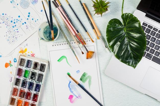 Concepto de escritorio flat lay con materiales de arte