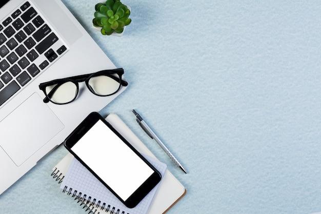 Concepto de escritorio flat lay con plantilla de smartphone