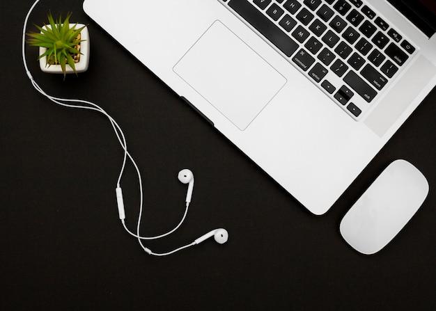 Concepto de escritorio flat lay con portátil