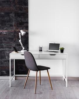 Concepto de escritorio metálico blanco con lámpara
