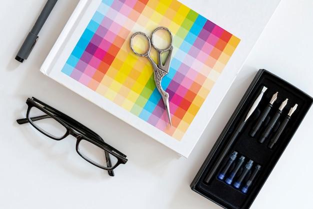 Concepto de escritorio de papelería de oficina