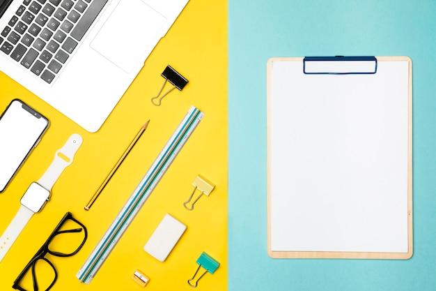 Concepto de escritorio plano laico con portapapeles en blanco