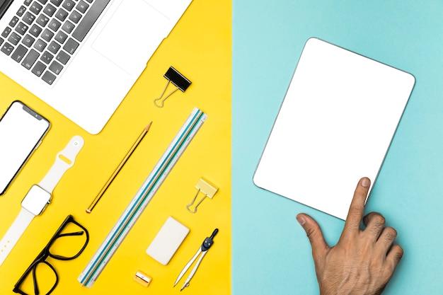 Concepto de escritorio plano laico con tableta maqueta