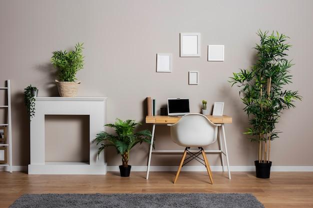 Concepto de escritorio con plantas y silla.