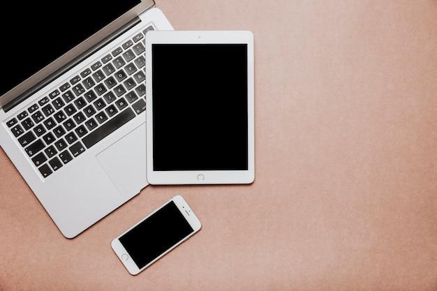 Concepto de escritorio con portátil y tablet