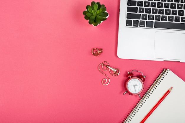 Concepto de escritorio sobre fondo rojo con espacio de copia