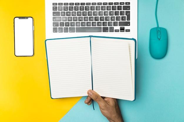 Concepto de escritorio superior con cuaderno abierto.