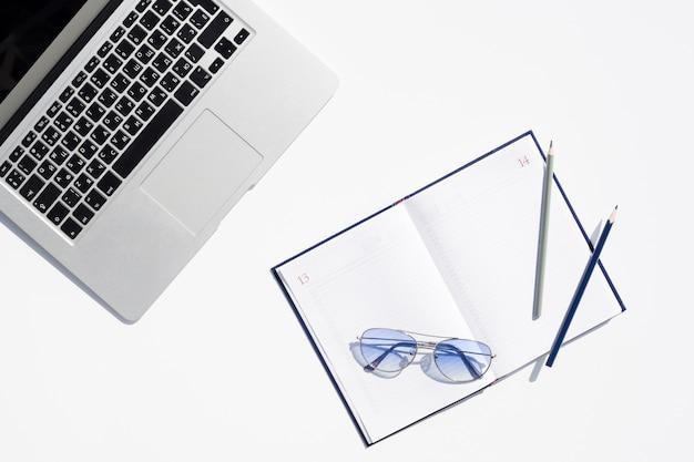 Concepto de escritorio de vista superior con bloc de notas abierto