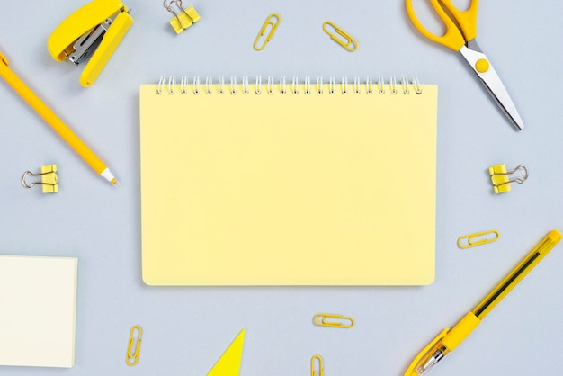 Concepto de escritorio vista superior con bloc de notas abierto