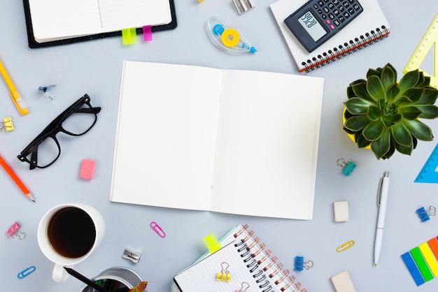 Concepto de escritorio vista superior con cuaderno abierto