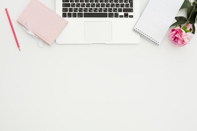 Concepto de escritorio de vista superior con espacio de copia