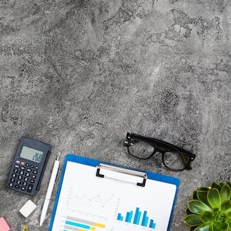 Concepto de escritorio vista superior con fondo de cemento