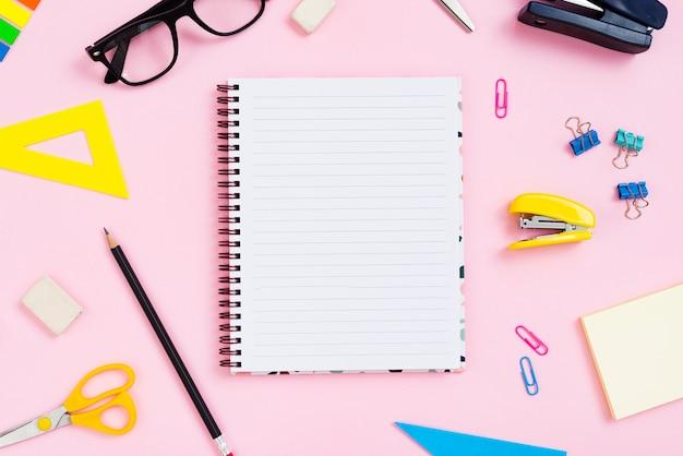 Concepto de escritorio vista superior con fondo rosa