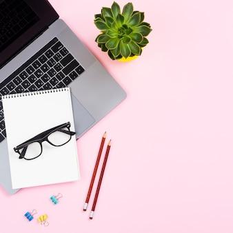 Concepto de escritorio vista superior con laptop