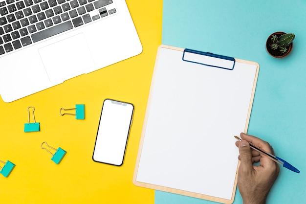 Concepto de escritorio vista superior con portapapeles en blanco