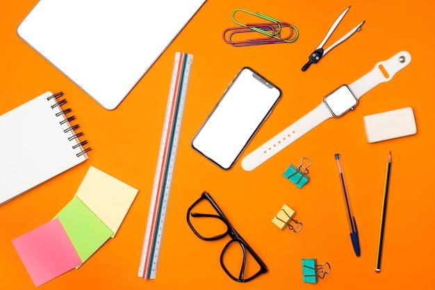 Concepto de escritorio vista superior con suministros de oficina