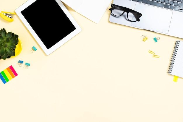 Concepto de escritorio vista superior con una tableta