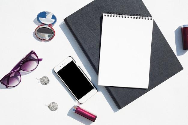 Concepto de escritorio de vista superior con teléfono inteligente