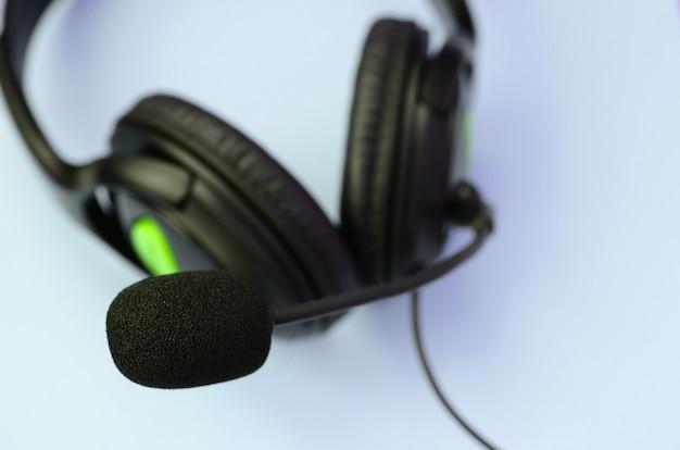 Concepto de escuchar música. auriculares negros se encuentra en azul